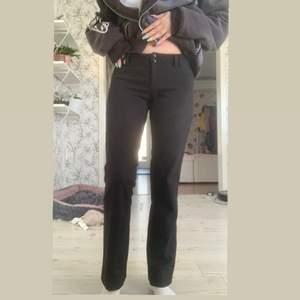 Ett par låga kostymbyxor från vero Moda i storlek 34. Är 160 cm så kan bli lite korta ifall man är längre. Köparen står för frakten!