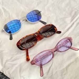 super snygga vintage solbrillor 🌸💕😍 perfekt till vår & sommar. för att spicea upp en outfit <3 80 kr bruna & lila 60 kr de blå svarta! frakt 12 kr