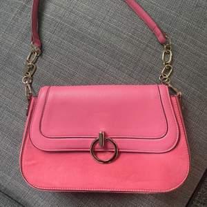 Säljer denna superfina väska från h&m. Sparsamt använd🥰 köparen står för frakten. Om fler är intresserade blir de budgivning i kommentarerna!!