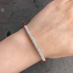 Röd armband med diamanter⭕️.  Stängs med magnet. Kommer med röd presentpåse!