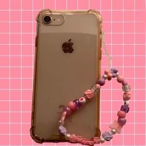 Jag gör egna phone charms på beställning! Har alla möjliga slags pärlor och kan göra med de färger och pärlor du vill ha 😋 DMa mig om du har frågor! Charmen i bilden kostar 40kr 🌸💕