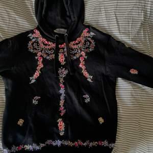 Broderad hoodie från HMs kollektion med Giambattista Valli. Använd ett fåtal gånger och tröjans är i jättefin kvalite, nypriset var 700kr om jag minns rätt :) möts i Stockholm eller så tillkommer frakt!