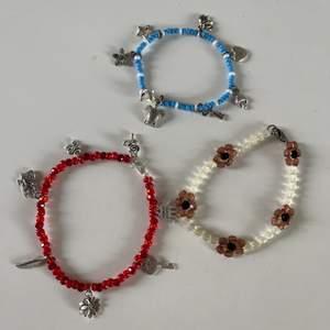 Säljer egengjorda armband (även andra smycken i andra annonser) för 25-50 kr+ 12 kr frakt. Designa egna armband med berlockerna och pärlorna på bild 2/3. Ju fler berlocker desto dyrare, 5 kronor för varje berlock. Kom privat för frågor.