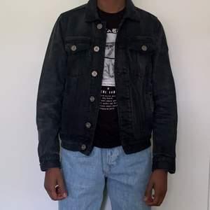 Jackan är använd ett fåtal gånger och har en vintage look. Jackan är i storlek XS
