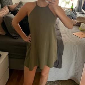 snygg mörkgrön klänning från forever 21 strl S. Bra skick och perfekt till sommaren! Säljer då den inte används längre! Kan mötas upp i Stockholm, köparen står för eventuell frakt.