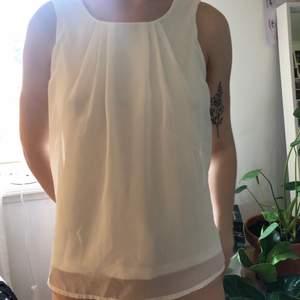 Vitt linne från Vero Moda i storlek XS men passar även S. Aldrig använt så de är i nyskick.