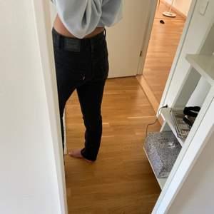 ett par svarta/väldigt mörka gråa jeans från levis som är lågmidjade som jag säljer pågrund av att de inte kommer till användning