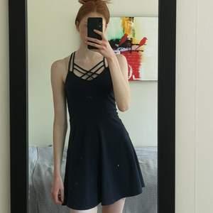 Marinblå klänning med snygga band i skönt material