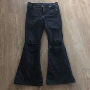 Bootcut/flare jeans från de denim. Stl XL men sitter som en M/L. Jag med stl 42 kan ha dom <3 dom är lite korta i längden på mig som är 174. Nypris var 600kr. Säljer för 200kr.🥰