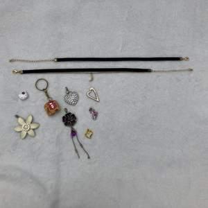 Jag säljer allt det på bilden för 40kr tillsammans och då inklusive frakt! Det är gamla saker i begagnat skick. På bilden är det hängen att fästa på ett fint halsband, en nyckelring, två chokers och ett hello kitty huvud i plast- att t.ex limma på ett hårspänne, en sko eller en väska!🐬🌅✨🌷🦋🐠🪐 PERFEKT FÖR DIG SOM GÖR EGENTILLVERKADE SMYCKEN OCH SÄLJER!!