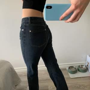 Säljer dessa snygga jeansen då de är lite för korta för mig som är 175 cm! Osäker på märke och köpt secondhand men superbra skick!!💞