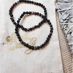 Priset gäller 1 st armband med 4 mm små pärlor av svart kungsjaspis och lavasten 💎 Omkrets cirka 16 cm. Armbandet är elastiskt. Skickas i vadderat kuvert via postnord.