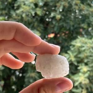 Kvarts kristall som jag själv har hittat i skogen. Kristallen är rå och cirka 3cm lång. Klicka i min profil för att se mer kristaller jag säljer! Kristallen kostar 10kr och frakten är 12kr.