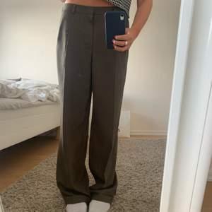 Brun-gråa lågmidjade kostymbyxor säljer pga för stora för min smak, står ej storlek men jag är 170cm och en S/M💕 jag står ej för frakt! HÖGSTA BUD: 240+ frakt