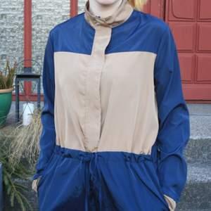 Snygg jumpsuit/overall från Daisy Street🥰 Har bara använts 1gång så den är i mycket fint skick! Jättefin att också knyta runt midjan och använda som byxor. Köptes på ASOS för 410kr, den har utgått ur deras sortiment.