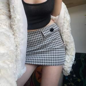 Säljer denna omsydda rutiga kjol🤗, det var från början en klänning;) storlek S/M, klänningen var från zara