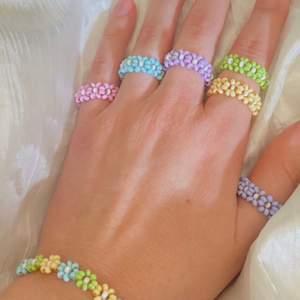 Jag gör dessa ringar själv🤩 EMELIA ringar🌸 finns nu i flera färger🤩 Se andra bilden för färger och namn❤️ 1 för 45kr 2 för 80kr 3 för 120kr Frakt på 12kr tillkommer❤️ Gratis frakt vid köp över 120kr
