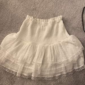 Söt vit kjol med volang ifrån princess polly. Storlek 36