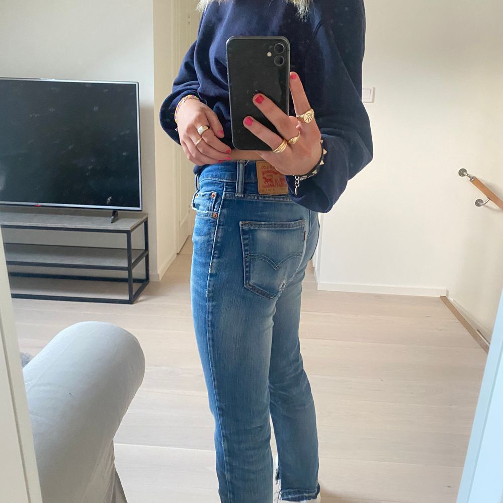 Lågmidjade levis jeans, en äldre modell och därför lite slitna, skrev vid fler frågor. Modell 511, W 29 L 32. Jeans & Byxor.