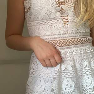 Hej! Säljer denna superfina vita sommar klänning från guess som är perfekt för student, skolavslutningen eller konfirmation osv. Den har volang kjol och är broderad. Superfint skick och bara använd 1 gång. Den är i stolek S men passar även en XS Hör av dig vid intresse!💕💕