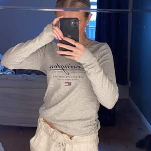 En tröja från lexington i sååå mjukt material!!! Köpte i somras och är knappt använd, storlek xs ! Buda från 100 , frakt tillkommer