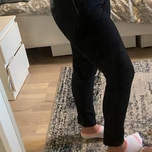 Dessa byxor är tighta men i ett stretchigt kostymmaterial vilket gör dem väldigt bekväma, dessa passar inte mig på grund av storleken och är därför helt oanvända❤️ Köpare står för frakten!