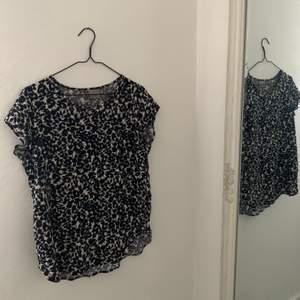 Leopard mönstrad T-shirt som jag älskad med åren, så enkel till vardags med svarta jeans 🖤