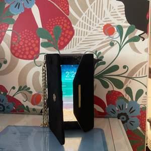 Jätte snygg svart plånboksfodral, använts ett fåtal gånger endast eftersom jag köpte ny telefon precis någon vecka därpå! Den passar iPhone 6s/6/7/8 PLUS. 100kr + frakt💓