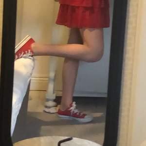 Säljer mina röda låga converse i storlek 36 då jag väst ur de, super fina nu till sommaren, budgivning om många är intresserade