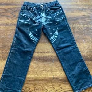 """Intressekoll på dessa snygga jeans från märket """"Your local dealer"""" med brodering på baksidan och en annan sorts print på framsidan. Lite slitna på botten av byxbenen. Storlek 32x32"""