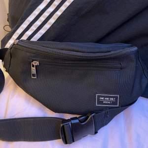 Fannypack köpt i Japan 2018✨ får plats med mer än vad man tror, 1 ficka på framsidan, 1 ficka på baksidan samt 1 liten ficka i fannypacken✨