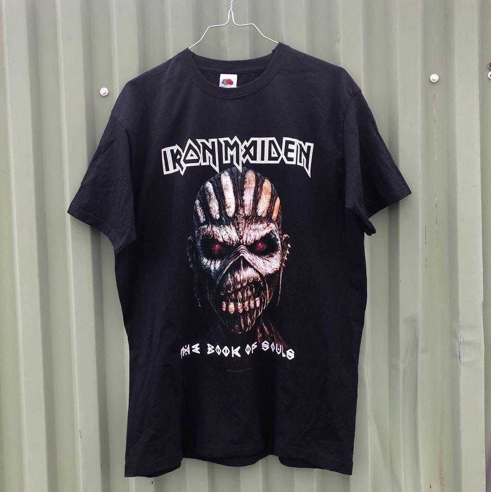 """Otroligt najs band tee / tour merch från Iron Maiden och deras turne världsturne 2016 """"The book of souls"""" där de spela i bl.a Göteborg. Tröjan är i riktigt bra skick och har inga defekter. Tveka inte att höra av dig om du undrar något!! 💿🌱🌎. T-shirts."""