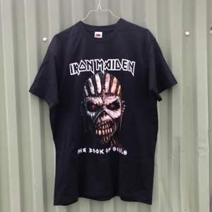 """Otroligt najs band tee / tour merch från Iron Maiden och deras turne världsturne 2016 """"The book of souls"""" där de spela i bl.a Göteborg. Tröjan är i riktigt bra skick och har inga defekter. Tveka inte att höra av dig om du undrar något!! 💿🌱🌎"""