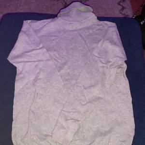 Säljer denna gråa polotröja från Ullared. Den är i storlek 158/164 men passar som XS. Säjer för 80kr