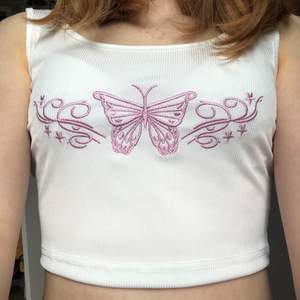 Jättegulligt vitt linne med broderad fjäril på ❤️ passar utmärkt på mig med xs/s men det är ganska stretchigt så passar nog M också