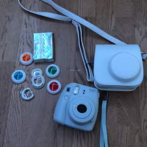 En instax mini 9 polaroidkamera i väldigt gott skick tillsammans med 6 olika linser, en extra påfyllning med bilder och en väska. Säljer den för 600kr. Frakten står köparen för. ❌alla linserna förutom förstoringslinsen är sålda❌