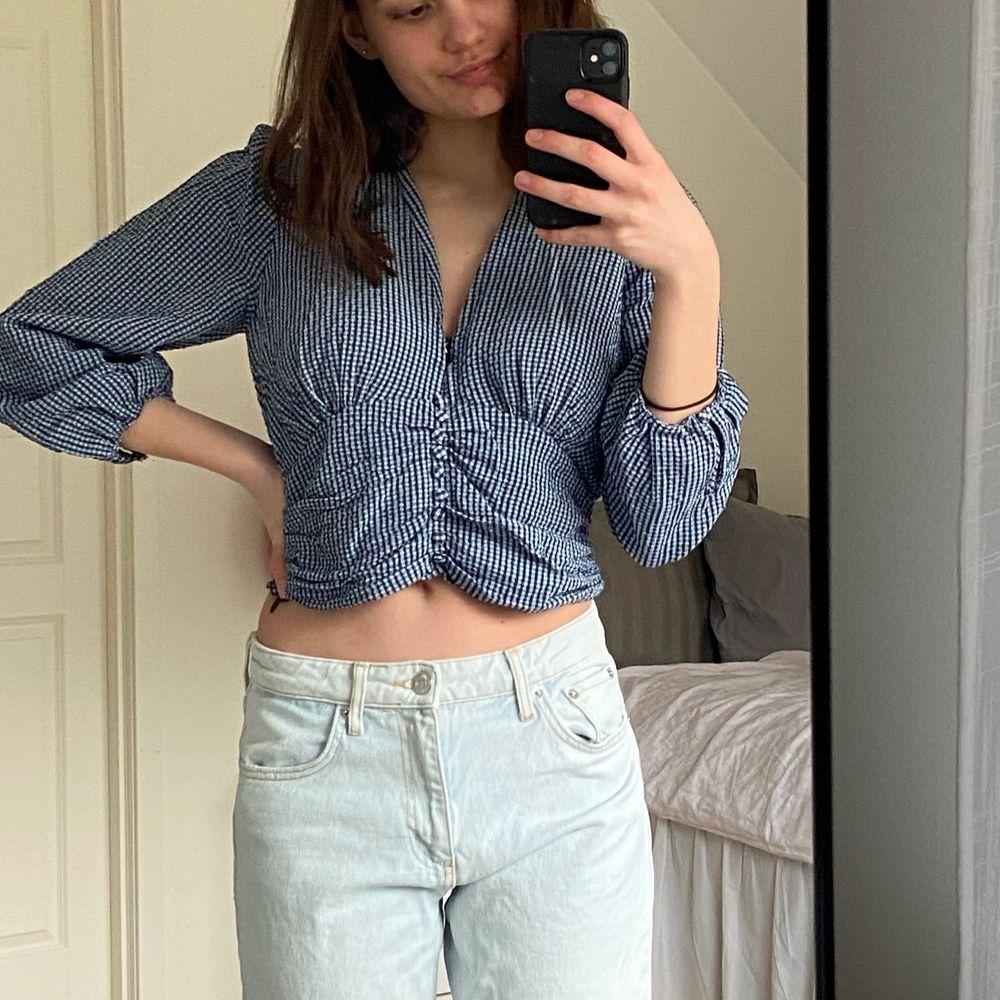 Super fin tröja inför våren och sommaren som kommer från zara, inköpt i Augusti och nypris låg på 350kr. Kan skicka fler bilder vid förfrågning💘💘. Toppar.