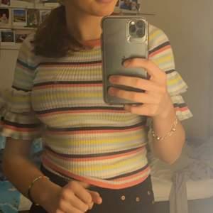 Säljer denna fina tröjan som jag har andvänd fåtal gånger då den inte är min stil. Jätte fina färger och blir bra till sommaren 💓