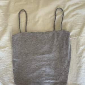 Grått linne från Gina tricot, super fint men har ingen användning vaden + den passar inte längre😅 frakten ingår inte i priset😊