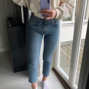 Ljusa jeans som är avklippta nedtill, köpa på ZARA. Så fina men för små för mig :(