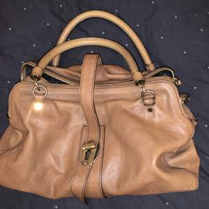 Stor vintageväska från burberry med två fack på insidan. Köparen står för frakt!