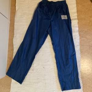 Blåa trackpants köpt på secondhand för 150, knappt använda