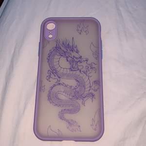 Ett lila iPhone XR skal med en drake på🥰 säljer då den aldrig kommit till användning❤️ köparen står för frakt!