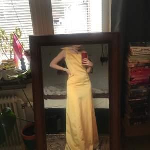 säljer denna gula balklänning då den är förstor för mig över brösten. brukar ha storlek 36-38 och skulle säga att den är mer åt 38-hållet. Klänningen har jag sytt själv vilket gjort att den har några teknsika skavanker på insidan, men är helt felfri på utsidan.