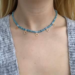 Blått pärlhalsband med små söta guldhjärtan 🦋💙💕⭐️🥺🤩 halsbandet försluts med lås och tråden är elastisk