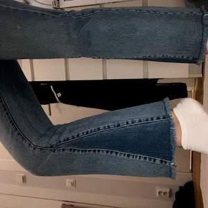 Säljer supersnygga jeans från dr.denim flare. Är lite korta på mig som är 155cm. Nyskick 🥰 25 midwaist