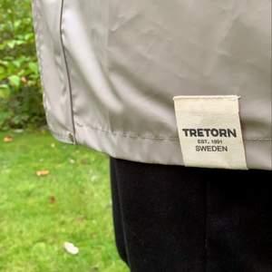 En grå/beige regnjacka från tretorn näst intill oanvänd. Köpte den för 1200, går ej att få tag på längre. Säljer den för 500, spris går att diskutera💕 jackan är i storlek 158/164 men funkar hur bra som helst som en xs/s.
