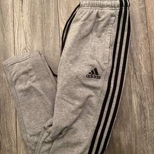 Adidas mjukisbyxor storlek S