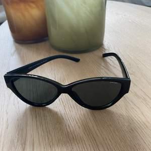 Svarta solglasögon i nyskick.