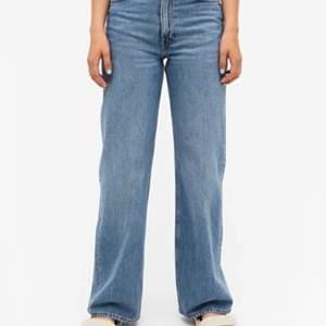 Säljer mina Yoko jeans i strl 30. De är den ljusblåa modellen (se bild två). Riktigt få annonser ute på dessa jeans då de är så himla populära. De har blivit för stora så de sitter inte riktigt rättvist på mig men se första bilden!